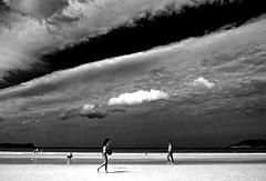 Um dia na praia (1) / A day at the beach (1) (Valcir Siqueira) Tags: bw praia beach pb