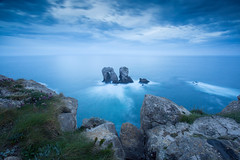 Urro El Manzano (Philippe Saire || Photography) Tags: ocean blue light sea sky espaa cliff mer seascape nature water rock stone clouds canon landscape photography eos coast photo spain eau long exposure mark pierre iii horizon shoreline wave wideangle cte ciel shore hour lumiere 5d coastline usm fullframe nuages paysage vague falaise espagne ff ef 1740mm rocher cantabria heure jete bleue cokin littoral liencres f4l elmanzano urro gnd8 p121s cantabrie pleinformat losurros philippesaire