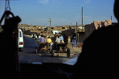 gypten 1999 (147) Busfahrt Assuan - Luxor (Rdiger Stehn) Tags: winter analog 35mm leute urlaub egypt slide dia 1999 menschen scan afrika gypten 1990s canoneos500n nordafrika analogfilm kleinbild canoscan8800f kbfilm 1990er obergypten sdgypten diapositivfilm aad