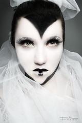 Dark queen (Malia Len ) Tags: portrait woman white black green face self canon dark photography photo reina mujer eyes retrato cara autoretrato makeup queen malia rostro selportrait maquillaje oscura tul pisapapeles 400d malialeon