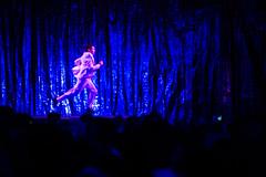 fuerza bruta (Winfried Veil) Tags: show leica pink blue berlin rose germany deutschland 50mm veil purple rosa rangefinder running run blau runner allemagne asph winfried tradeshow 2012 bbb m9 läufer breadbutter flughafentempelhof fuerzabruta messsucher pinkfarben leicam9 schwarzzublau winfriedveil