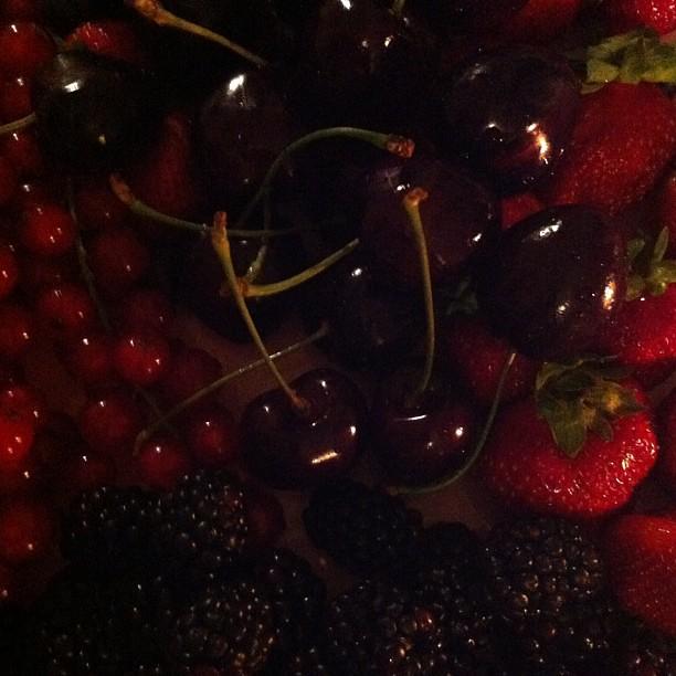 Frutti rossi. Quando si fotografa perché non si può/sa dipingere. Dipingerei con more, mirtilli e ciliegie schiacciate su qualcosa.