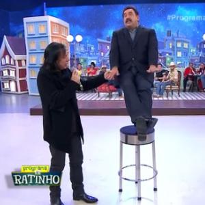 Ratinho levita durante seu programa ao vivo e se surpreende