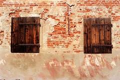 Finestre sbarrate (Luca La Grotta) Tags: italia piemonte pentacon castello praktica 1850 finestre vercelli cascina c200 fujicolor prakticar bx20 vercellese coolsca formigliana lucalagrotta