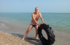 uno pneumatico in mare... (Luigi Barone '52) Tags: portrait man roma marina mare photographer uomo sole azzurro gatto luigi ritratto paesaggio autoscatto abruzzo 1952 sabbia barone onda scogliera marea vasto luigibarone