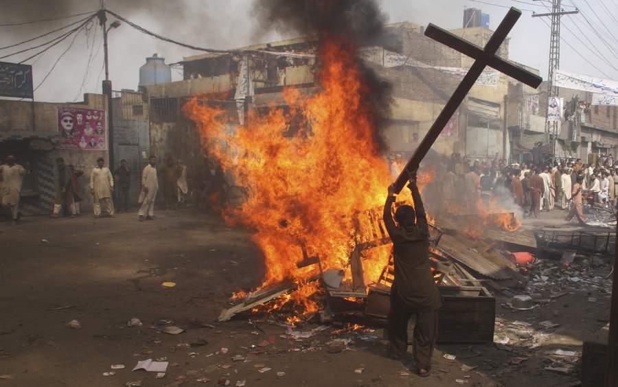 Погром в Лахоре. Фото: Адрис Хассаин, Reuters