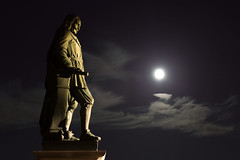 Michiel in het volle maanlicht (Omroep Zeeland) Tags: de boulevard michiel vlissingen volle ruyter maan vlissingenbynightlangstedagvollemaanboulevard