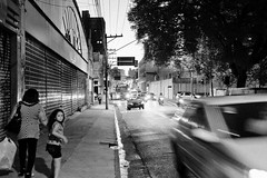 (leo.eloy) Tags: street blackandwhite bw cars night digital photography child sopaulo taxi rua lapa clicksp leoeloy