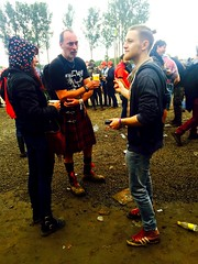 Chacun son style.. (fourmi_7) Tags: music beer festival rock kilt belgium drink style atmosphere scene gathering jupe homme werchter inconnu