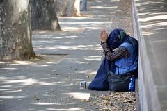 Non per tutti  tempo di vacanze... (Maurizio Belisario) Tags: rome roma donna colore blu homeless misery povert mendicante zingara miseria elemosina