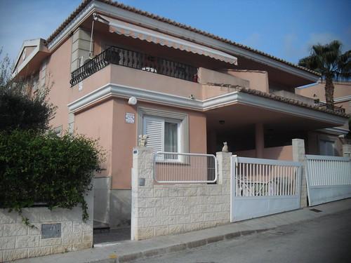 Chalet pareado en el Rincón de Loix de Benidorm.  En su inmobiliaria Asegil en Benidorm le ayudaremos sin compromiso. www.inmobiliariabenidorm.com