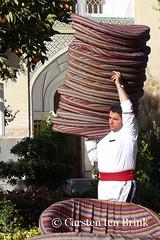 I carry (10b travelling / Carsten ten Brink) Tags: man persian asia asien iran middleeast persia asie iranian cushion esfahan isfahan 2014 neareast moyenorient naherosten icarry mittlererosten tenbrink carstentenbrink westernasia iptcbasic 10btravelling ahahabbas