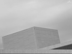 L'Opra d'Oslo - Den Norske Opera & Ballett . X20 . (AKromatiCK) Tags: monochrome oslo norway noir noiretblanc monotone nb bn fujifilm norvege bwphoto blackandwhitephoto blackandwhitearchitecture bnwphotography monoart fujix20 fujifilmx20 fujifilmxseries