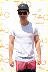 (Jonasbesties) Tags: party cute hat sunglasses smiling pose lasvegas flipflops goodlooking 2012 whiteshirt swimshorts taobeach joejonas seasonopeningparty