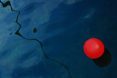 ~~O (ben ot) Tags: red ball rouge ballon balloon lac reflet waterreflection