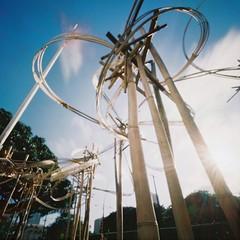 Bamboo sculpture (art y fotos) Tags: sun 120 6x6 mediumformat hawaii oahu handmade flags bamboo pinhole homemade flare honolulu sculptures bambole flagpoles linekona academyartcenteratlinekona thecompact honolulumuseumofart kodakektar100 academyartcenter lebambolemkii bamboopinholecamera