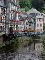 Au bord de la Roer, Montjoie, Eifel, arrondissement d'Aix-la-Chapelle, Rhnanie du Nord-Westphalie, Allemagne. (byb64) Tags: city bridge houses rio river germany puente deutschland town europa europe village maisons eu ciudad rivire case eifel ponte aachen pont alemania nrw slate fluss casas allemagne ardoise nordrheinwestfalen monschau ville germania citta ue colombages pizarra fachwerkhaus roer schiefer northrhinewestphalia rfa hausen montjoie halftimberedhouses ardesia renaniadelnortewestfalia rhnaniedunordwestphalie maisoncolombages renaniasettentrionalevestfalia kreissaachen