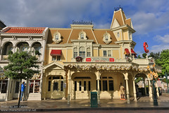 DLP June 2012 - Walking Up Main Street USA (PeterPanFan) Tags: travel summer vacation france june canon restaurant mainstreet europe fastfood disney mainst 2012 disneylandparis dlp mainstreetusa disneylandresortparis marnelavalle mainstusa counterservice parcdisneyland disneyparks caseyscorner quickservice quickservicerestaurant canoneos5dmarkiii disneylandparispark counterservicerestaurant