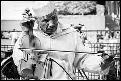Devant Beaubourg * Paris (sistereden2) Tags: olympus f18 45mm omd violon em5 kamandja