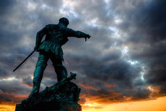 Robert Surcouf 1773-1827 (Missy Jussy) Tags: light sunset sky sun sunlight france monument statue clouds canon skyscape brittany shadows sailor saintmalo privateer slavetrader northernfrance robertsurcouf cannon600d