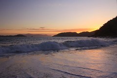 Sununga - 003 (JEM02932) Tags: sunset pordosol sea praia beach mar ubatuba prdosol entardecer onda sununga