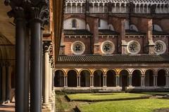 vercelli 160522_037 (gmcvrphoto) Tags: ombra architettura volta portico colonna pozzo capitello vercelli catena mattoni colonnato santandrea