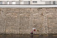 Sous la pluie (fabvirge) Tags: pierre pluie promenade félix mur nouvellecalédonie bâtiment virginie trottoir parapluie poussette hôpital nouméa