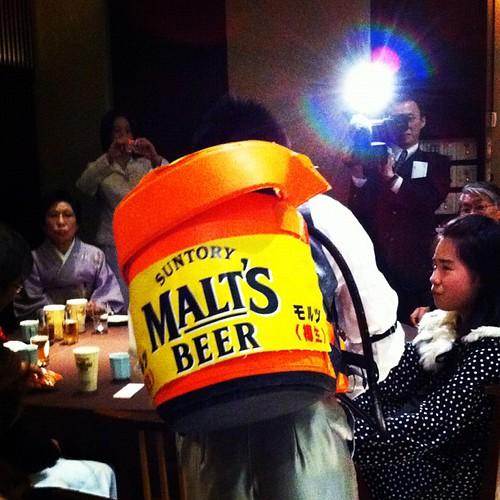 ビールサーバを背負う新郎。