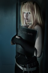 Death Note : Misa Amane (SixAilesPhotographie) Tags: sexy fruit death photo cosplay note sombre blonde pomme misa photographe deathnote amane misaamane appele cosplayeuse sixailes sixaileslamascarade sixaile sixailesphotographie deathnotemisaamane