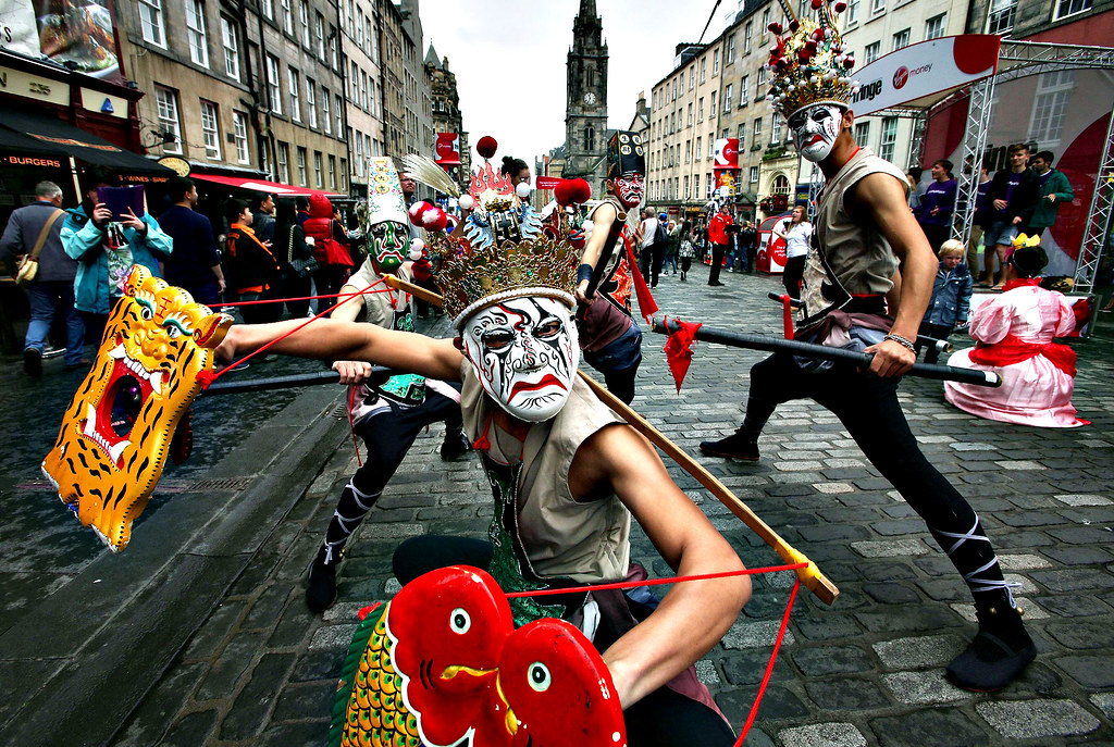 Edinburgh Fringe Festival 2014...Edinburgh Fringe Festival acts play to the crowds during the first day of the festival on the Royal Mile. PRESS ASSOCIATION Photo. Picture date: Friday August 1, 2014. Photo credit should read: David Cheskin/PA Wire