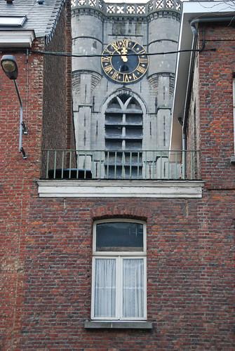 Le clocher entre deux maisons (Ath)