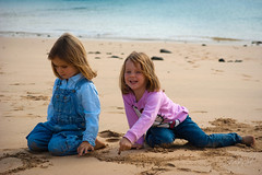 Beach playground - La Graciosa, Canary Islands (Andreas Weibel) Tags: girls people beach smile smiling kids laughing photography islands lanzarote playa canarias andreas personas sonrisa canary islas fotgrafo ninas jugando fotografa riendo andyw imedia lagraciosa pedrobarba andreasweibel imediafotocom