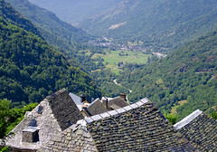 Una vista privilegiada / A superb view (SBA73) Tags: panorama landscape catalonia roofs valley catalunya slate aran pyrenees pyrnes pirineos pirineus catalogna valdaran katalonien catalogne vall pissarra valldaran teulades canejan  worldtrekker  quatrelocs