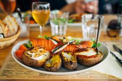 Pommes de terres garnies (louise garin) Tags: food bretagne miam djeuner bistrot surlatable pommesdeterre