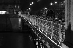 les inconnus du pont d'Arcole (al253) Tags: bw paris monochrome night lights pentax perspective nb pont lignes pentaxk30