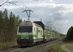 Finnish Railways Class Sr2 electric No. 3233 propels a Joensuu-Helsinki express through Vinska towards Kitee on 25 May 2016 (A Scotson) Tags: forest suomi finland swiss trains vr kitee karjala marsu sr2 electriclocomotive finnishrailways vinska doubledeckercoach shkveturi