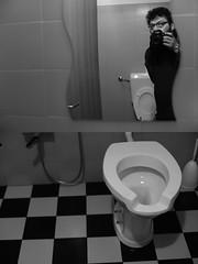 [il maniaco dei bagni] a Desenzano (Urca) Tags: bw selfportrait self italia bn autoritratto biancoenero desenzano mirò specchio cesso lagodigarda 2016 873 dittico nikondigitale ilmaniacodeibagni