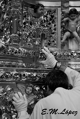 La llamada (E.M.López) Tags: man primavera blancoynegro blackwhite madera abril llamada paso fe córdoba cabra hombre semanasanta 2012 costal dorado cofrade virado domingoderamos penitente procesión penitencia costaleros trono pasión fervor huerto oración llamador devoción cofradía hermandad capataz andas getsemaní costalero procesional penitencial oraciónenelhuerto pasodemisterio desfileprocesional fabricano