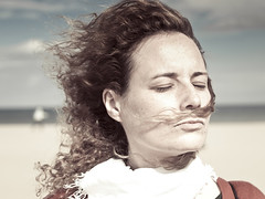 me moustaches moucho (marietta cuxufleta (vendo mis trabajos, de verdad)) Tags: portrait beach valencia vent mujer wind retrato playa viento cambio change marietta rostro platja retrat valncia rostre monyo mariettacuxufleta mariettacuchufleta
