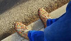 La classe non  acqua! (Colombaie) Tags: life street gay roma shoes strada colore gente marcia persone uomo jeans lgbt ameliepoulain antonio amici ritratto piedi scarpe bellezza particolare ridere 2016 maschio abbigliamento omosessuali romapride diritti colorate vialabicana assieme chiacchierare scherzare marciappiede inbasso fichissime