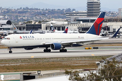 Delta Air Lines Boeing 767-332(ER)(WL) N189DN (Steven Weng) Tags: lines canon la los airport angeles aircraft air delta international boeing lax airlines     n189dn 767332erwl eos7d2 ef100400is2