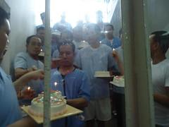 นักโทษการเมืองเป่าเค้กอวยพรวันเกิด ทักษิณ