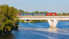 Eurovka na Holešovickém mostě (Honzinus) Tags: river evening spring europe prague euro rail praha most vltava jaro bílá skála večer holešovice čechy česko čd české dráha jarní eurovka holšeovický