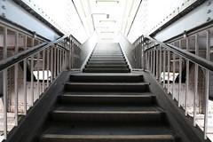 Der Weg ins Licht (Pascal Volk) Tags: berlin stairs ubahnhof wideangle treppe wa ww 16mm ubahnstation superwideangle sww uwa weitwinkel swa kottbussertor ultrawideangle xberg uww berlinkreuzberg friedrichshainkreuzberg ultraweitwinkel superweitwinkel canonef1635mmf4lisusm canoneos6d