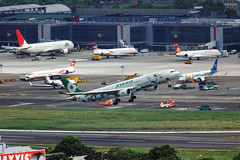 EVA AIR A330-300 HELLO KITTY (Steven Weng) Tags: hello canon eva aviation taiwan kitty airbus taipei a330300 劍潭山步道 老地方賞機台