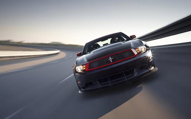 Форд Мустанг с красной окантовкой радиаторной решетки