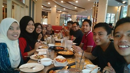 Kalau dengan diorang, makan mesti ada.  Dalam gambar kurang seorang sebab seorang tu yang tangkapkan gambar.  Terima kasih. I truly appreciate with this kind of family, that always bring me joy, laugh, full stomach.  #160520 #pizzahut