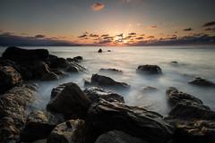 Fin de journe sur l'Atlantique (Herv D.) Tags: sunset seascape beach landscape rocks bilbao bluehour paysage plage basquecountry lumires coucherdesoleil rochers paysbasque longexposer barrika poselongue heurebleue espagnespain
