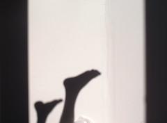 Perdre Pieds (Lliesse) Tags: light shadow summer cloud feet up foot  lumire slumber room acid floating son down ombre sfv pied vague pieds roam doreilles fees boucles genoux orteils perdre lenvers prendre revers ligght slumb slummer dorteils lliesse