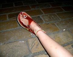 Polseres vermelles. Portugalete (la veu de Nanuk) Tags: pie descansar verano cama peu pulsera descanso estiu pierna polsera tobillo sandlia turmell